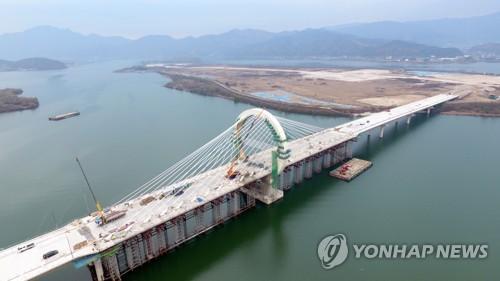 850억 들인 미개통 '춘천대교'서 달리기대회