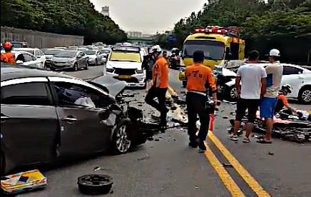 인천 고가도로서 승용차 2대 충돌…2명 중상