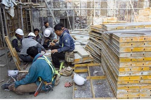 식당이 없어 바깥에서 밥을 먹는 건설노동자들