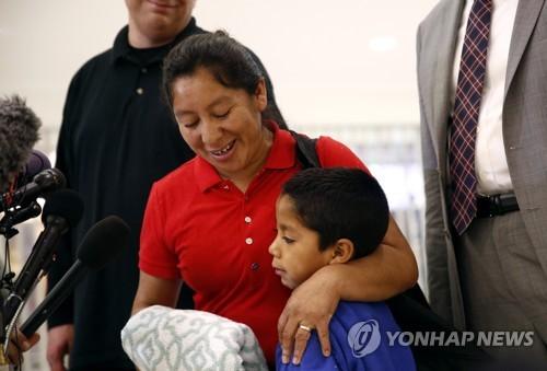 美 국경서 격리된 아동 500명 부모품에…1천800명 아직 못찾아
