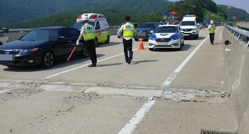 부울고속도로 교각 이음쇠 돌출…차량 32대 타이어 파손
