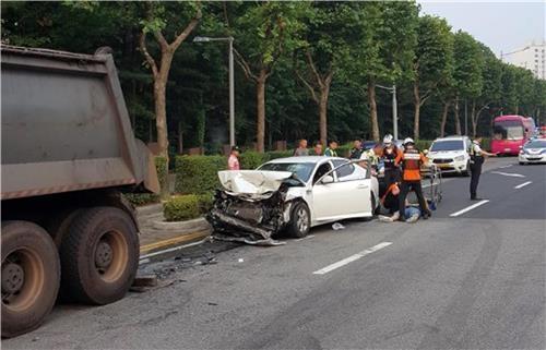 인천서 승용차 불법주차 트럭 들이받아…1명 부상