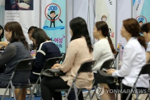 취업박람회 부스를 찾은 여성들이 면접 차례를 기다리고 있다.