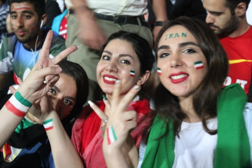 25일 테헤란 아자디 스타디움에 입장한 이란 여성들[연합뉴스]