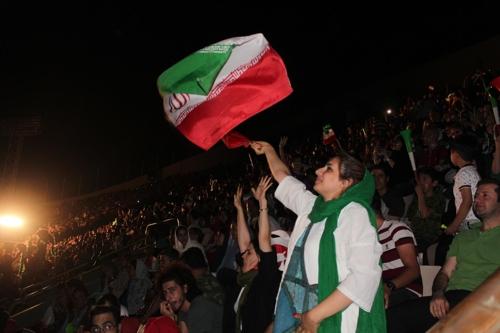 25일 테헤란 아자디 스타디움에 입장한 이란 여성[연합뉴스]