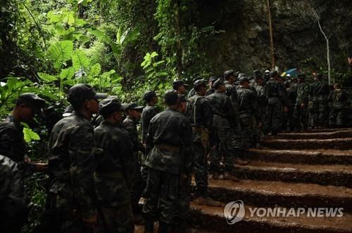 구조활동에 투입되는 태국 군인들[AFP=연합뉴스]