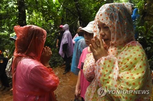 애타는 실종자 가족들[AFP=연합뉴스]