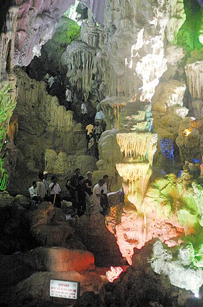 4개의 종유석 기둥이 높고 웅장한 천정을 떠받치고 있는 '천궁 동굴'.