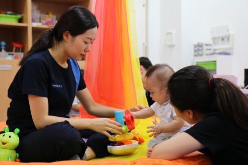 서울 마포구 푸르메재단 넥슨어린이재활병원에서 이른둥이 지원사업으로 아기를 돌보는 모습. [푸르메재단 넥슨어린이재활병원 제공]