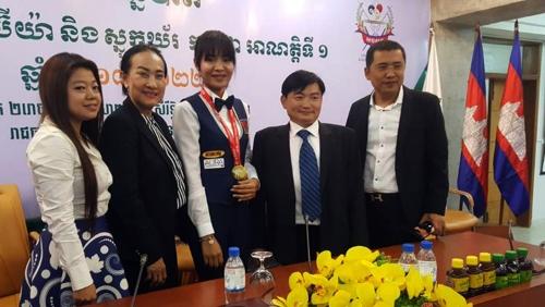 캄보디아 당구연맹 창립대회에 참석한 스롱 피아비(가운데) [독자제공=연합뉴스]