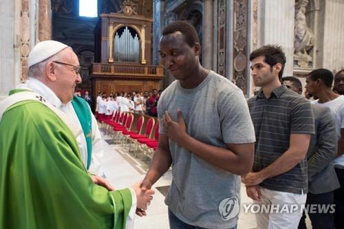 교황 신은 우리가 난민 구하길 원해…난민 외면은 위선