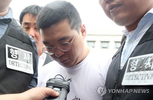 골프장 주부 살해주범 심천우(가운데) [연합뉴스 자료사진]