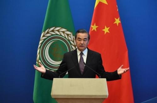 중국-아랍국가 장관급 회의 후 기자회견을 하는 왕이 중국 외교담당 국무위원