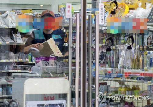 서울의 한 편의점 매장에서 직원이 업무를 보는 모습