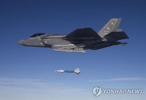 레이저 유도 정밀폭탄 'GBU-12'를 발사하는 미 공군 F-35A 스텔스기