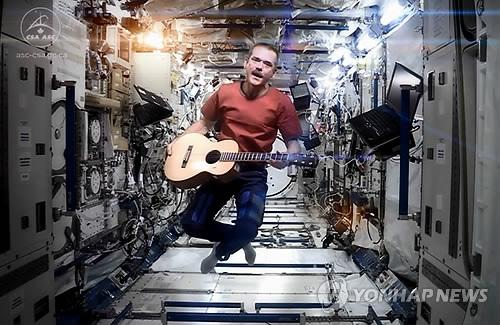 우주정거장 무중력 상태서 보위의 '스페이스 오디티' 노래하는 해드필드 [자료사진]