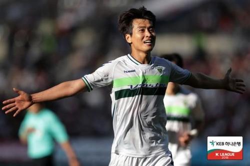 전북의 이동국이 울산전에서 두 번째 골을 넣고 세리머니를 하고 있다.