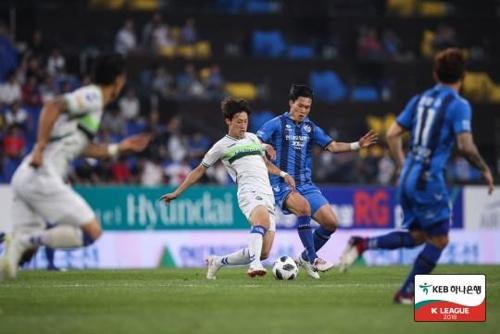 전북의 이재성(중앙)이 울산 선수들 사이를 돌파하고 있다.