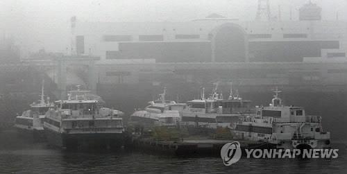 '짙은 안개' 대기 중인 여객선 [연합뉴스 자료 사진]