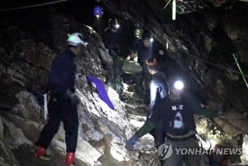 태국 네이비실이 공개한 동굴소년 구조 장면[epa=연합뉴스]