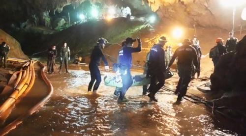 태국 네이비실이 공개한 동굴소년 구조 장면[태국 네이비실 영상 캡처=연합뉴스]