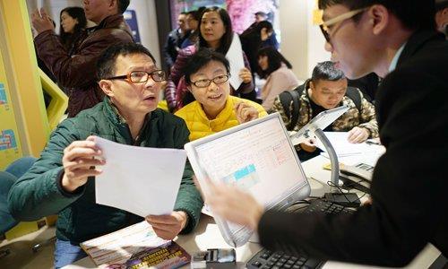 2016년 중국 광저우시에서 유커들이 미국여행을 예약하는 모습 [글로벌타임스 캡처]