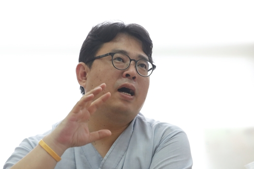 """[묻고 답하다] 난민인권센터 김규환 대표 """"세계시민의 눈으로 봐야"""""""