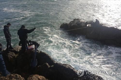 고립자 구조하는 해경 [태안해경 제공=연합뉴스]