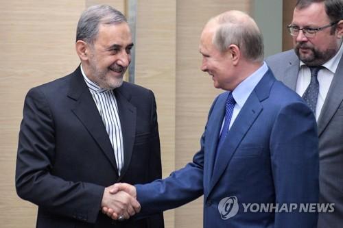 벨라야티 이란 최고지도자 특사(좌)와 푸틴 러시아 대통령[AFP=연합뉴스자료사진]