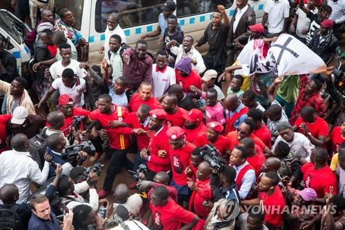 우간다에서 벌어진 소셜미디어 세금 항의시위[AFP=연합뉴스]