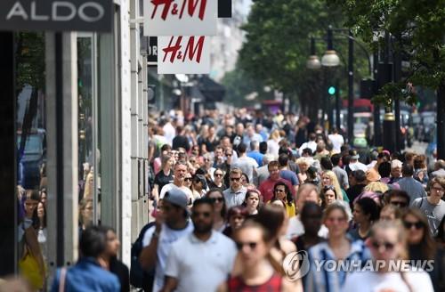 영국 거리를 오가는 사람들의 모습 [EPA=연합뉴스]