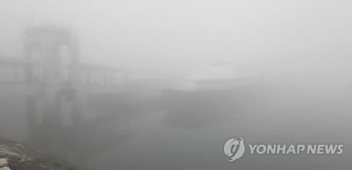 안개 낀 인천항 연안여객터미널[연합뉴스 자료사진]