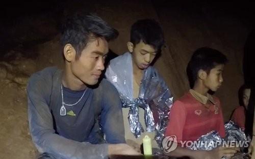 태국 동굴소년들을 끝까지 지킨 엑까뽄 코치(왼쪽)[연합뉴스 자료사진]