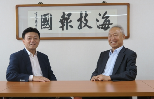 이권희 한국해기사협회장(왼쪽)과 이귀복 선장포럼 대표