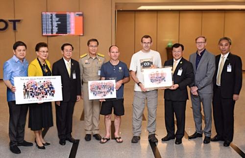 태국 관료들, '동굴의 기적' 영국 다이버 공항에서 배웅 [더네이션 캡처]