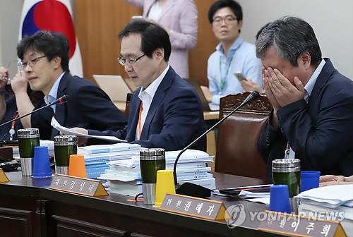 최저임금위 전원회의 주재하는 류장수 위원장(가운데)