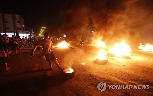 12일 밤 바스라주에서 벌어진 민생고 시위[AFP=연합뉴스자료사진]