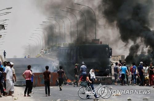 12일 바스라주에서 벌어진 민생고 시위[로이터=연합뉴스자료사진]