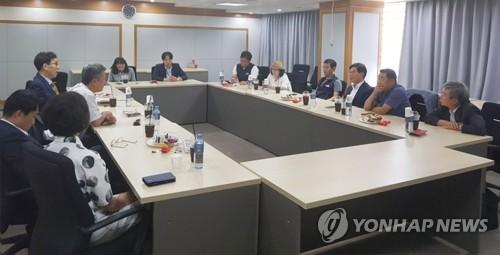 전원회의 참석 여부 논의하는 최저임금위 사용자위원들