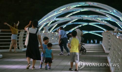 '열대야에는 시원한 강바람이 최고'[연합뉴스 자료 사진]