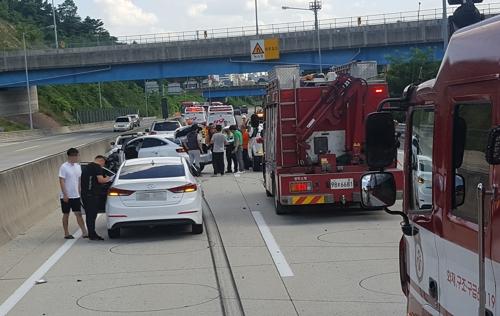 휴일 고속도로서 7중추돌사고