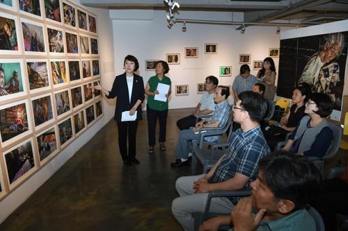 [동정] 김지수 경남도의회 의장, 일본군 위안부 사진전 참석