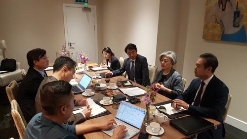 한국 특파원과 간담회 하는 강경화 외교부 장관
