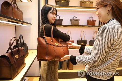 백화점, 주말 명품·바캉스 대전…유명브랜드 최대 70% 할인