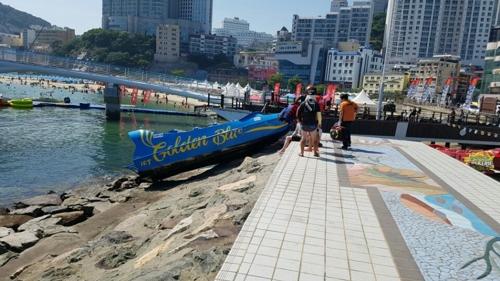 부산서 레저 보트가 방파제 충돌…탑승객 8명 다쳐