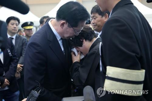 송영무 장관 헬기사고 분향소 방문…일부 유족 항의(종합)