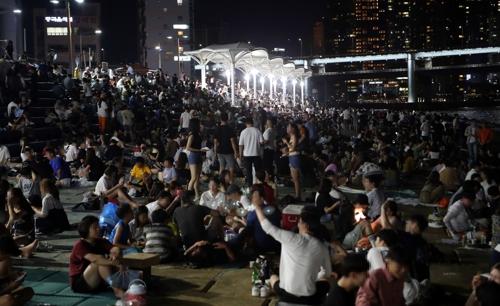 [르포] 무질서·일탈로 퇴색한 민락수변공원…새벽엔 쓰레기 전쟁