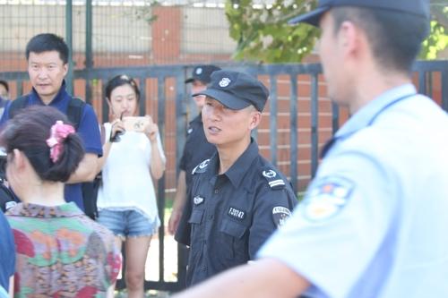 주중 미국대사관 인근 폭발사고 현장 통제하는 중국 공안