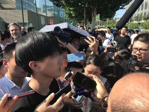 취재진과 인터뷰하는 폭발 사고 목격자