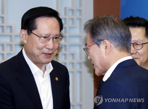 문재인 대통령과 송영무 국방장관(좌측)